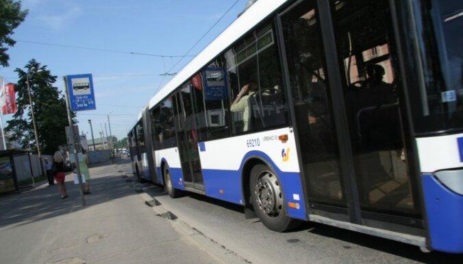 Rīgas centrā 30. autobuss sadūries ar 'Range Rover'