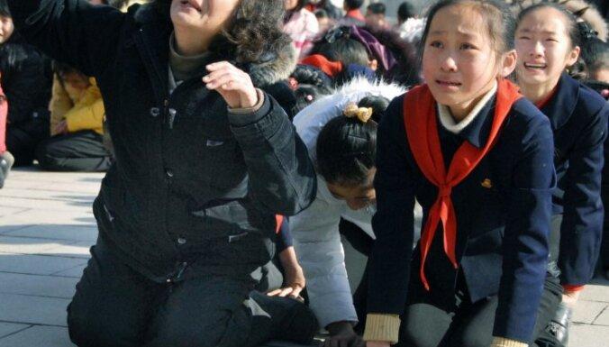 Kima Čenira nāve: kaimiņvalstis gatavojas nezināmajam, fondu tirgi piedzīvo kritumu