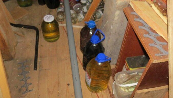 ФОТО. Во время обыска полиция изъяла нелегальный алкоголь и тонну топлива