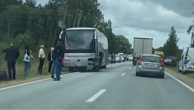 На Валмиерском шоссе столкнулись автобус и легковая машина