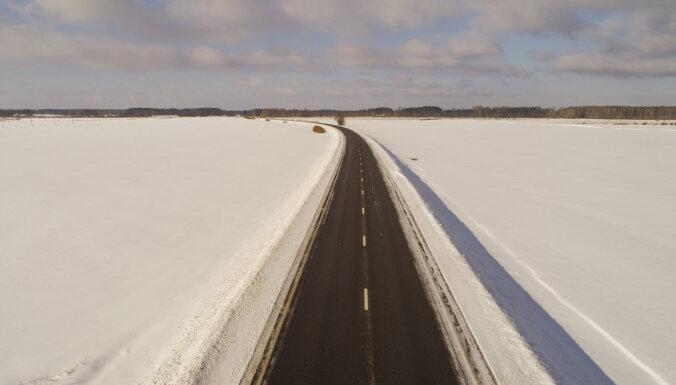 Asfaltēto autoceļu bedres tiek remontētas neatkarīgi no laikapstākļiem
