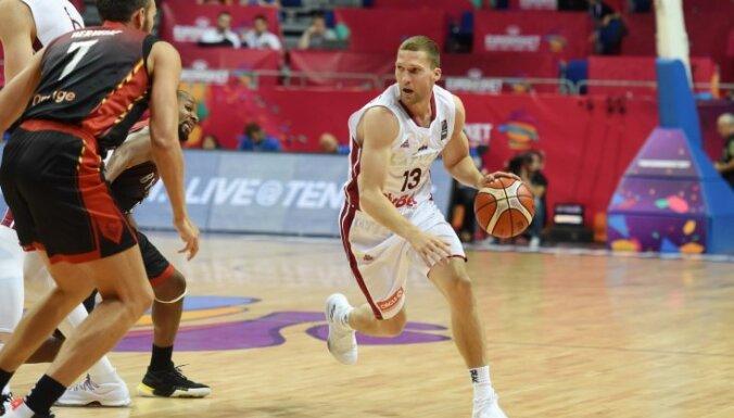 Strēlnieks ar 12 punktiem kaldina 'Olympiakos' pārliecinošu uzvaru Grieķijas čempionāta spēlē
