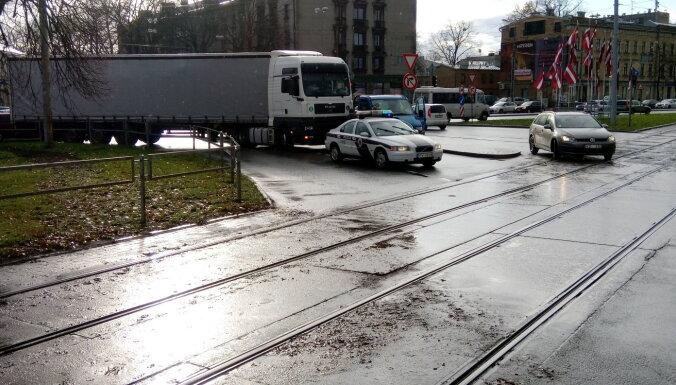 Foto: Divu auto avārija Čiekurkalnā