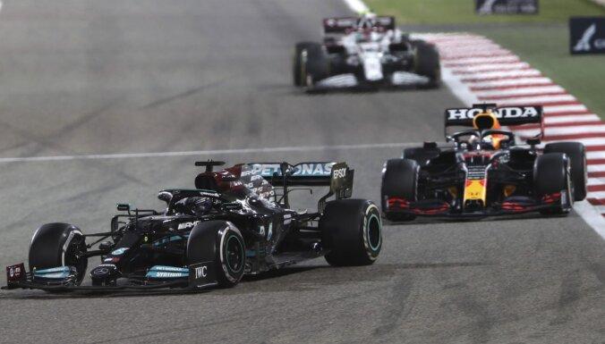 F-1 sezona iesākas ar Hamiltona uzvaru episkā duelī ar Verstapenu