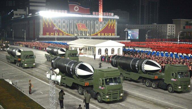 Ziemeļkoreja demonstrē jaunu no zemūdenes palaižamu ballistisko raķeti