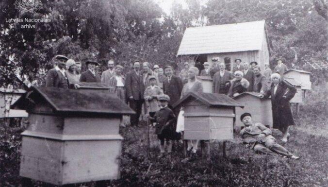 Arhīva foto: Kā bišu dravās ievāca medu pagājušajā gadsimtā
