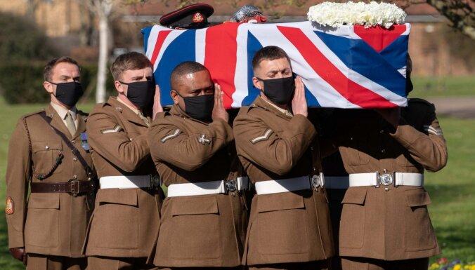 Британия простилась с ветераном Томом Муром, собравшим миллионы для врачей