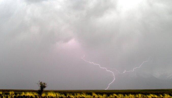 Завтра по всей Латвии ожидается пасмурная погода, возможны грозы