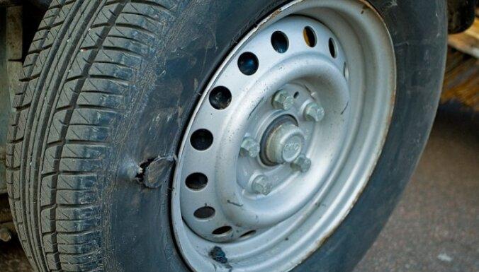 Mainot riepu no mašīnas salona nozog naudu, policija brīdina vadītājus būt piesardzīgiem