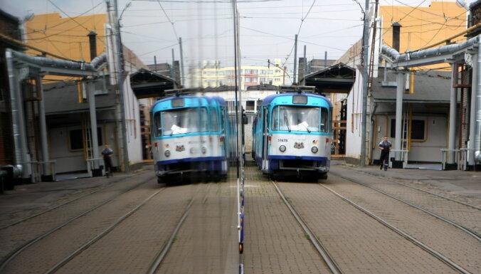 Люди реже выбирают общественный транспорт Риги; назван самый популярный маршрут