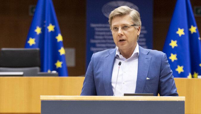 """Ушаков будет голосовать против """"зеленого сертификата"""", который позволит латвийцам путешествовать"""