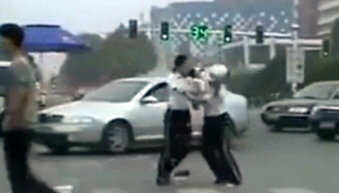 Ķīnā uz ielas sakaujas divas ceļu policistes