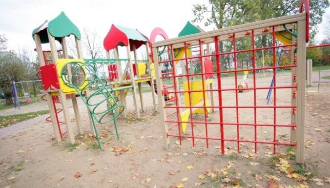 Rotaļas bez traumām: noteiks drošības prasības bērnu spēļu laukumos