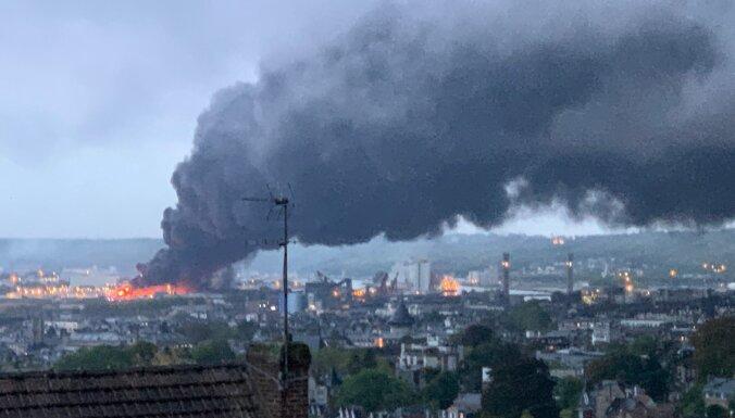 Во Франции загорелся крупный химзавод: школы закрыты, людей просят не выходить на улицу