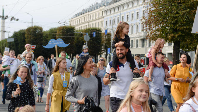 Foto: Rīgā krāšņi svin Tēva dienu