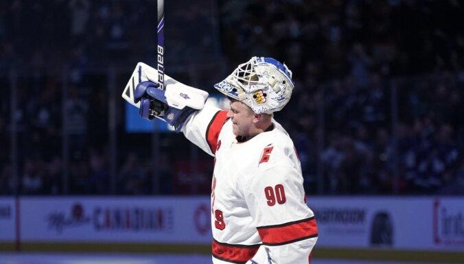 Kad jāķeras pie pēdējā salmiņa – NHL ārkārtas vārtsargi