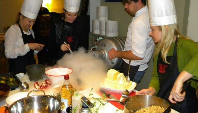 Foto: Mārtiņa Sirmā kulta ēdienu kopāgatavošana '3 pavāru restorānā'
