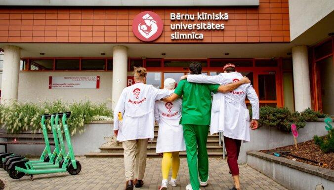Dakteru Klaunu ikdienas darbam saziedoti vairāk nekā 60 tūkstoši eiro
