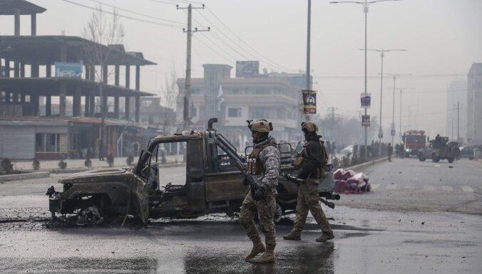 Mīnētas automašīnas sprādzienā Kabulā nogalināti vismaz astoņi cilvēki