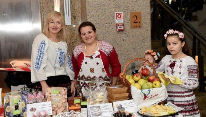 ФОТО: В Рижской ратуше продавали сувениры и угощения из 30 стран мира