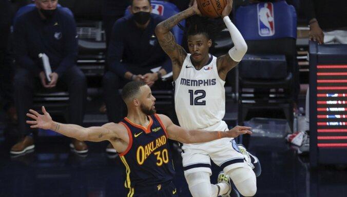 'Grizzlies' viesos pārspēj 'Warriors' un kā pēdējā iekļūst NBA 'play-off' turnīrā
