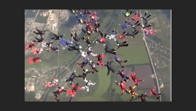 Video: 57 izpletņlēcējas uzstāda jaunu 'pasaules rekordu'