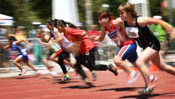Latvijas komanda speciālās olimpiādes Pasaules spēļu medaļu klāstu papildina ar pilnu komplektu