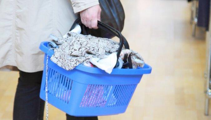Латвийцы платят за одежду и технику по европейским ценам