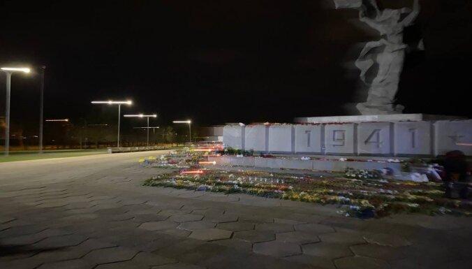 ФОТО: Волонтеры 9maijs.lv за ночь сложили из цветов звезду у подножия памятника в Риге