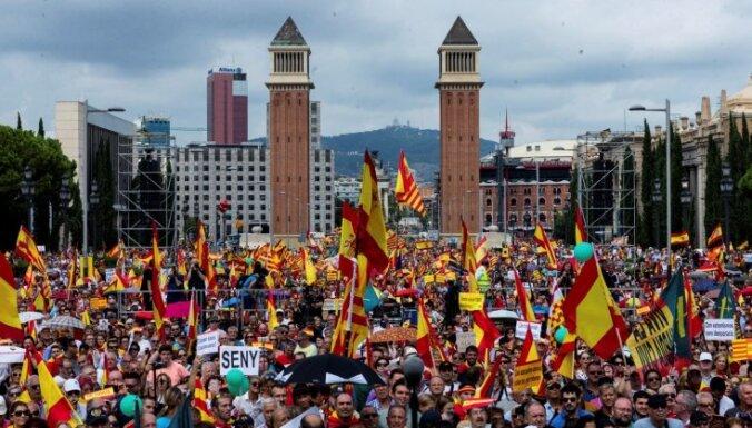 Foto: Tūkstošiem cilvēku mītiņā Barselonā pauž atbalstu Spānijas vienotībai