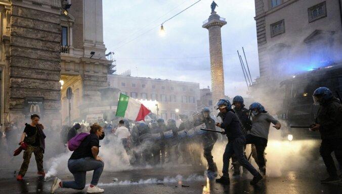 Protesti pret Itālijas valdības Covid-19 ierobežošanas politiku Romā pārauguši grautiņos