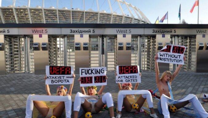 """Активистки Femen """"раздвинули ноги"""" перед УЕФА"""