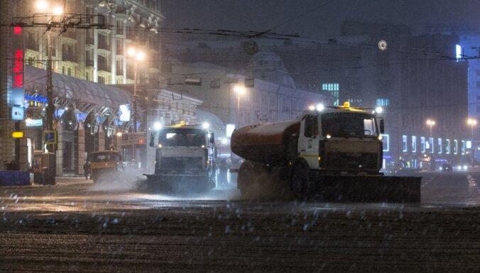 Машины на сутки застряли в огромной пробке в Тверской области (видео с вертолета)