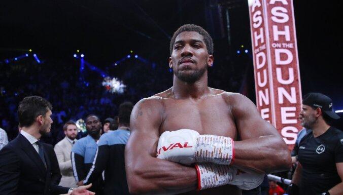 Džošua titula aizstāvēšana atlikta; bokseris domā par cīņu ar Fjūriju