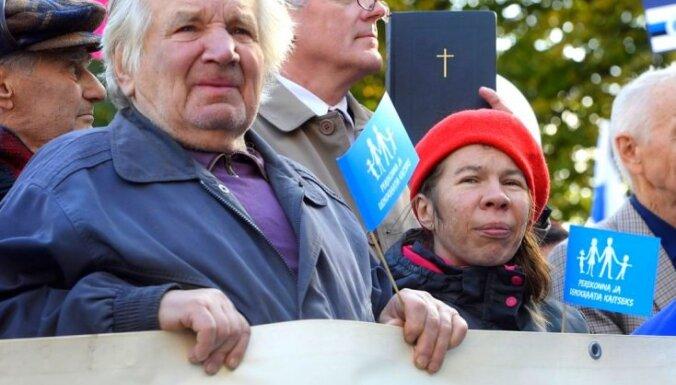 Foto: Igaunijā plaši protestē pret 'viendzimumu attiecību likumu'