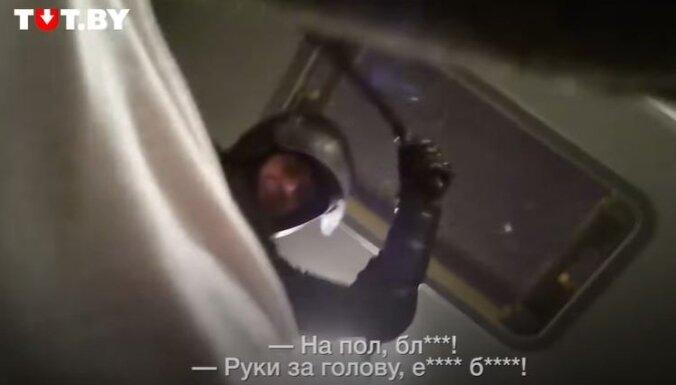 Vardarbība Baltkrievijā: aizturētais nofilmējis notiekošo OMON automašīnā