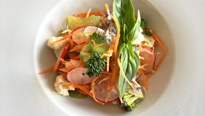 Pavasara vitamīnu salāti - dārzeņi ar rabarberiem