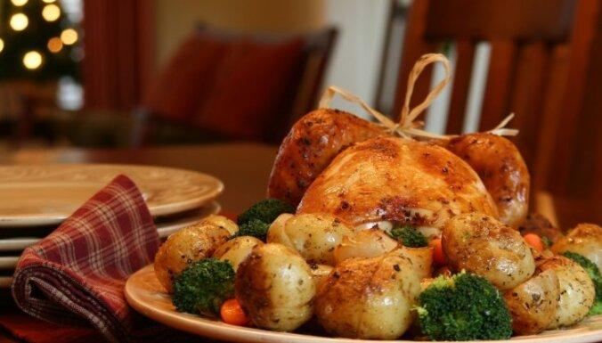 Kraukšķīgi un kārdinoši zeltaini kartupeļi svētku mielastam