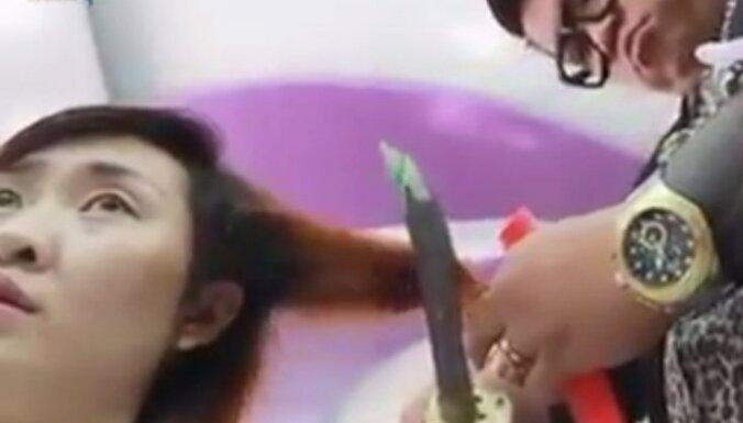 Frizieris, kas matus griež ar samuraja zobenu