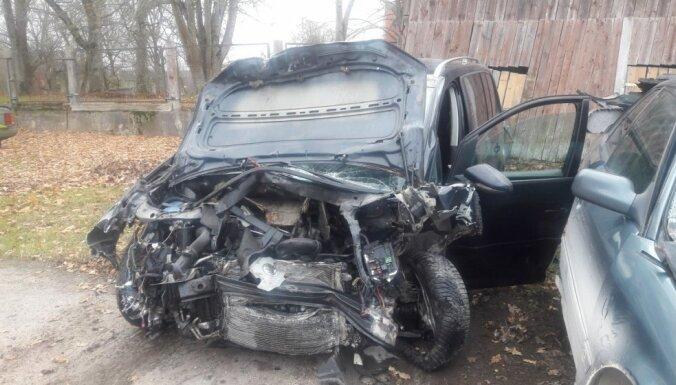 Divu automašīnu sadursmē Ģibuļu pagastā iet bojā vīrietis