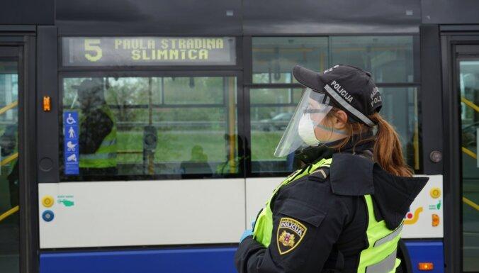 В Риге людей без масок в общественном транспорте будет высаживать муниципальная полиция