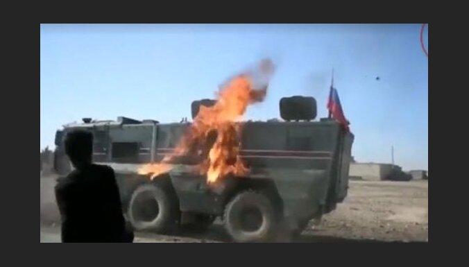 Video: Sīrijā ar akmeņiem un degpudelēm apmētā Krievijas patruļu
