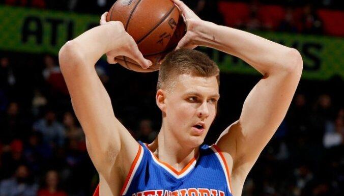 Porziņģa teicamais sniegums ļauj 'Knicks' vēlreiz pārspēt 'Hawks'