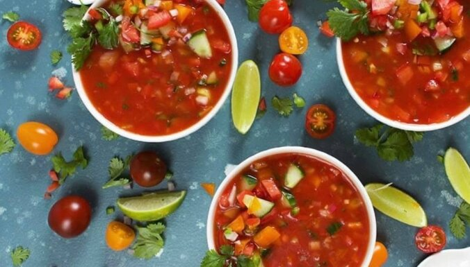 Spirdzinoša dārzeņu aukstā zupa ar tomātu sulu