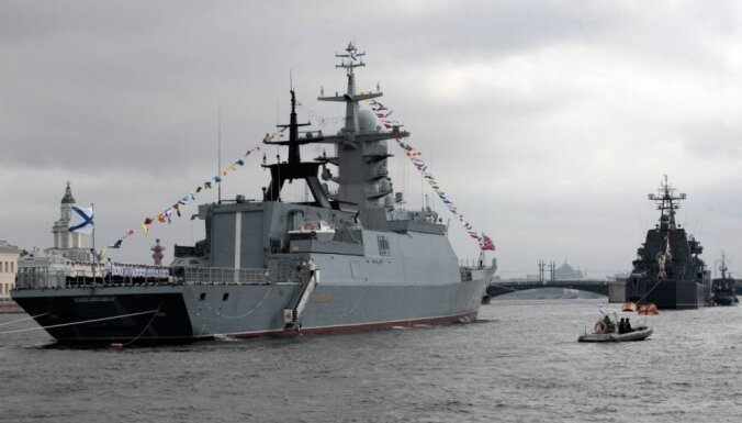 В начале октября у границы Латвии на военный корабль РФ подняли малую подлодку