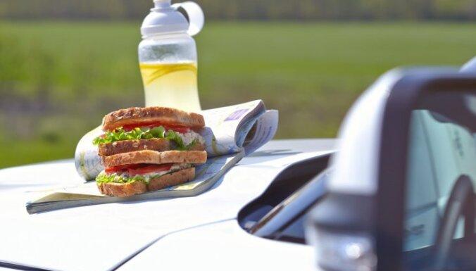 Dodamies ceļojumā! 22 līdzņemšanai ērti ēdieni un karstumizturīgu produktu saraksts
