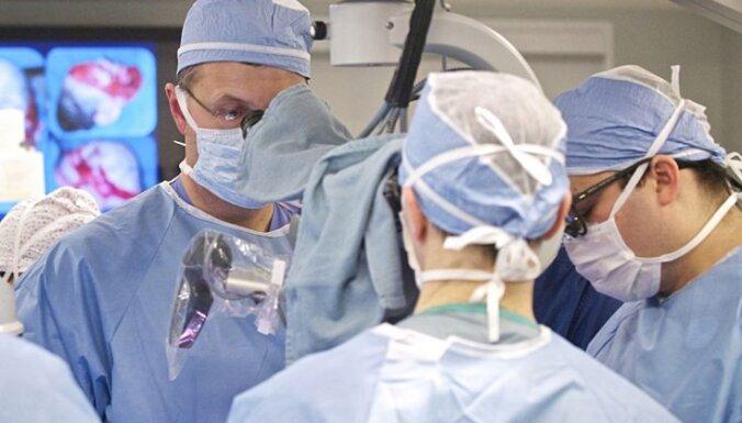 Медики выиграли борьбу за жизнь мужчины, искалеченного взрывом гранаты в Риге