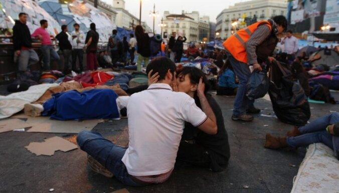 Spānijā protestētāji ignorē aizliegumu rīkot demonstrācijas vēlēšanu priekšvakarā