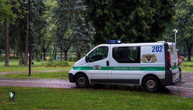 Находившийся в розыске мужчина напал в Вецриге на прохожего с собакой