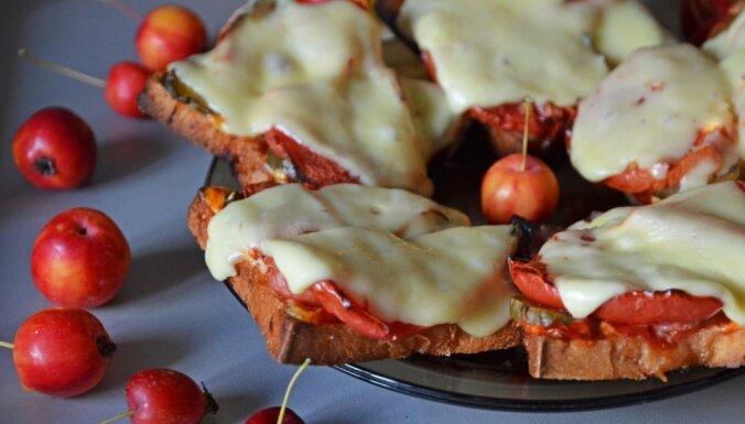 Karstās siera maizītes ar āboliem un tomātiem